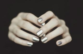 metaliczny lakier do paznokci golden rose