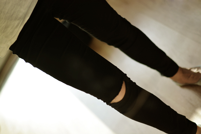 dziury na kolanach