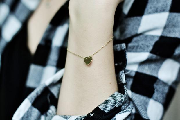 zlota minimalistyczna bransoletka z zawieszka w ksztalcie serca firmy briju